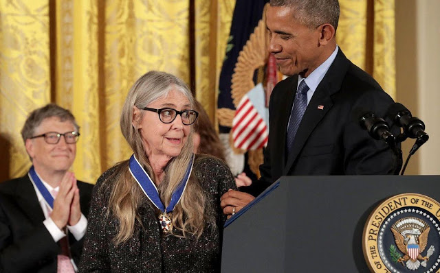 Margaret-Hamilton-receiving-her-Presidential-Medal-Freedom-President-Barack-Obama